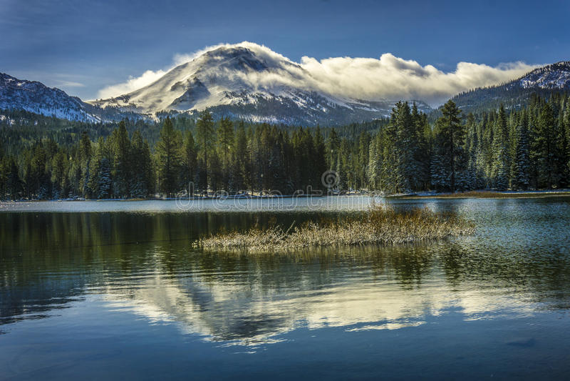 Lassen szczyt po śnieżnej burzy, Manzanita jeziora, Lassen Powulkaniczny park narodowy obrazy royalty free