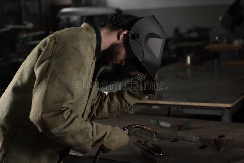 lasser die beschermend masker opheffen om zijn werk te bekijken royalty-vrije stock afbeelding