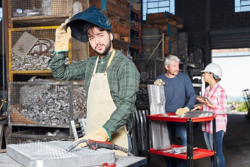 Lassersmens in de industrieworkshop royalty-vrije stock fotografie