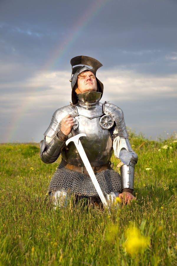 Lassez-vous le chevalier, après la bataille/pluie et l'arc-en-ciel images stock
