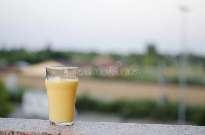 Lassi del mango, una bevanda indiana tradizionale con il mango fotografia stock