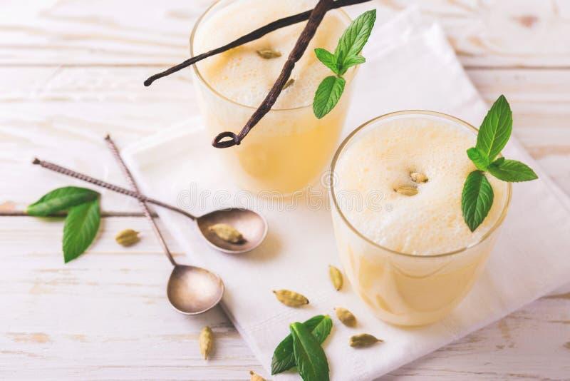 Lassi indiano tradizionale del mango con cardamomo verde, menta, vaniglia e fotografie stock libere da diritti