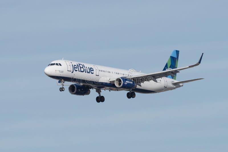 LASSISMO d'avvicinamento del getto di JetBlue Airbus per atterrare immagini stock