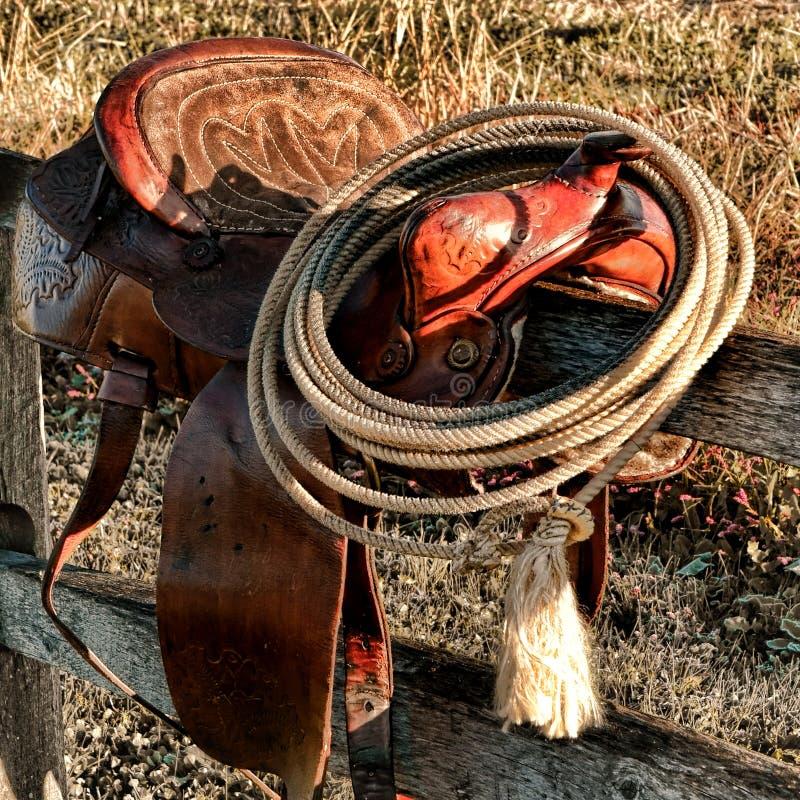 Lasso occidental de rodéo occidental américain de légende sur la selle photo stock