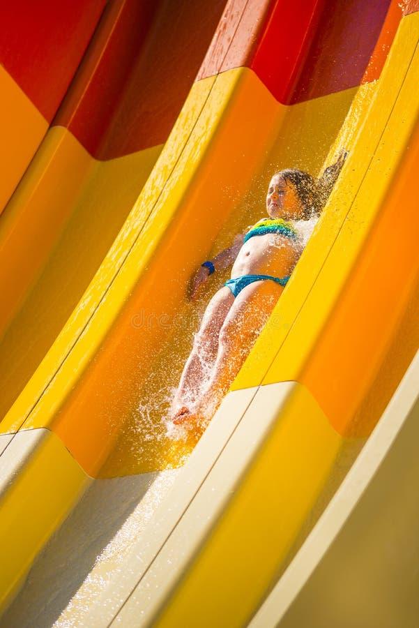 ' last splash ' Ma?a caucasian dziewczyna na wodnym obruszeniu woda park dzie? sunny lato zdjęcia royalty free