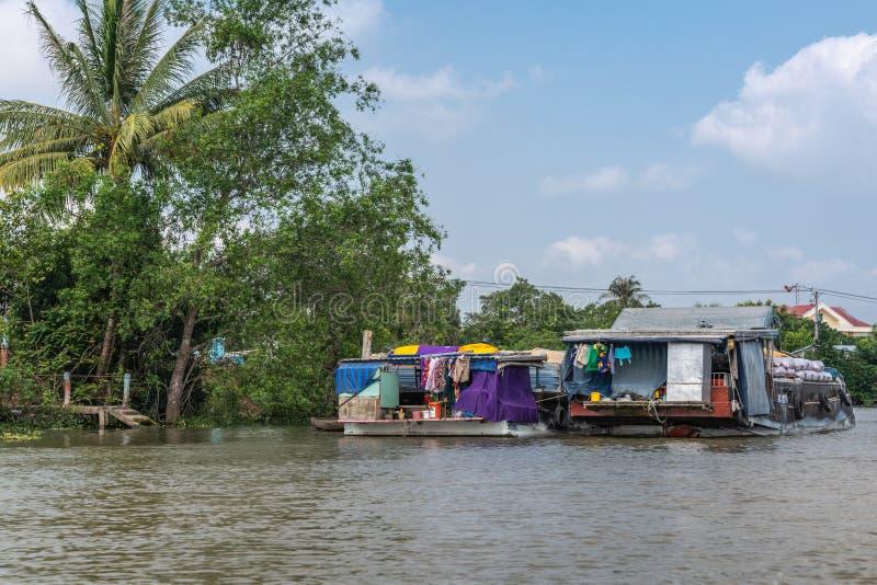 2 lastade pråmar längs Kinh 28-kanalen i Cai Be, Mekong Delta, Vietnam royaltyfria bilder