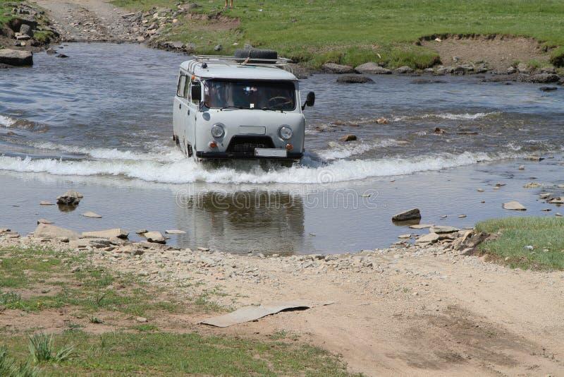 Lastbil över floden arkivfoto