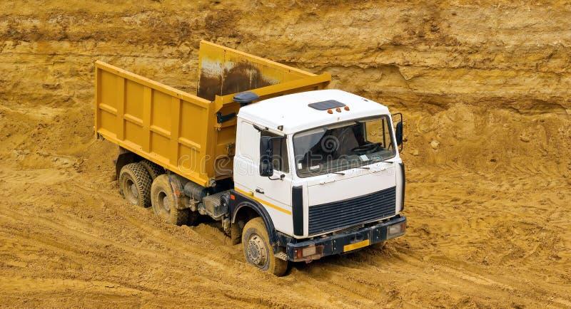 lastbil för förrådsplatsgrävskopahav royaltyfri foto