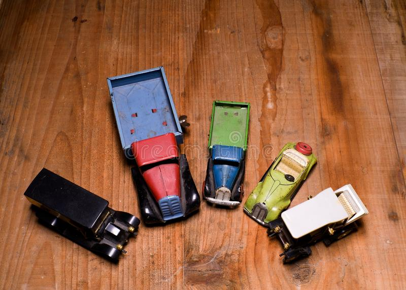 Lastbil för lastbil för tappningleksakbilar och konvertibel bil på brun träbakgrund Retro leksaker för pojkar Plan design med mel royaltyfri foto