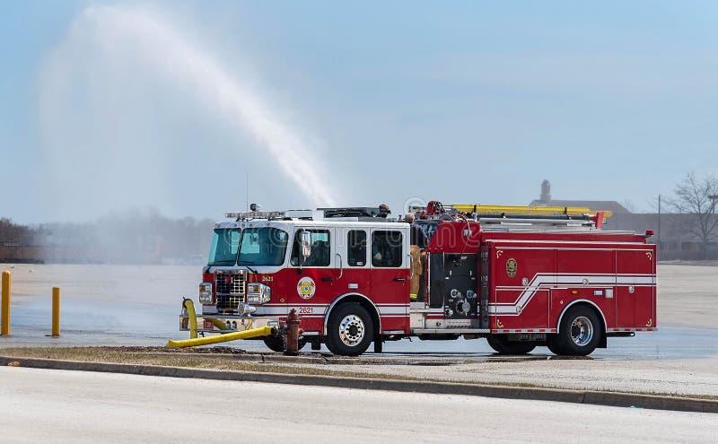 Lastbil för röd brand i handling royaltyfri foto