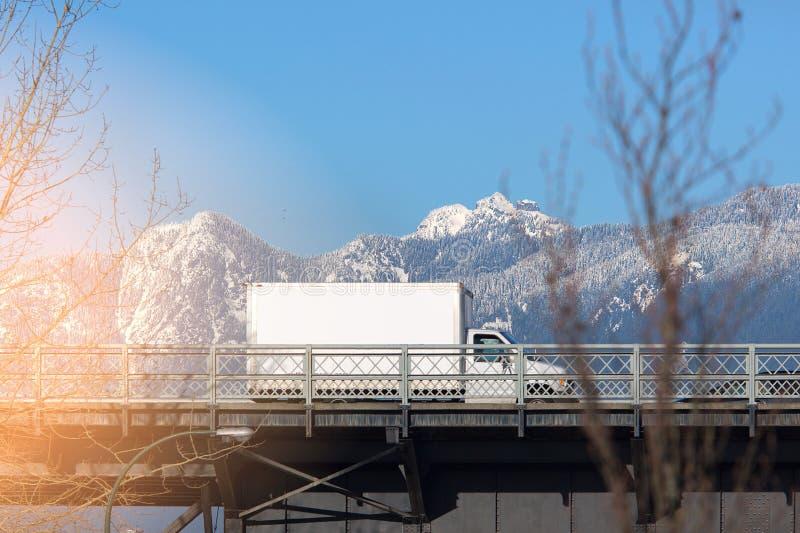 Lastbil i brovägvintern för text arkivbild