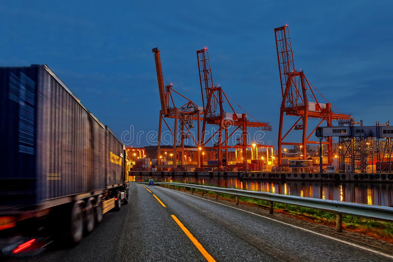 Lastbil i port royaltyfri fotografi