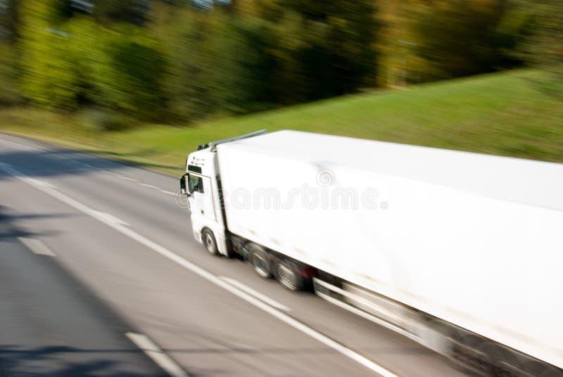 Lastbil i rörelse arkivbild