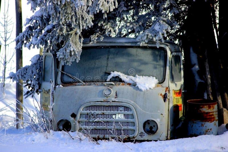 Lastbil i snön arkivfoto