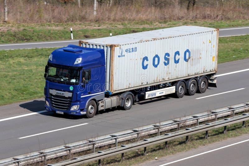 Lastbil med COSCO-behållaren royaltyfri bild