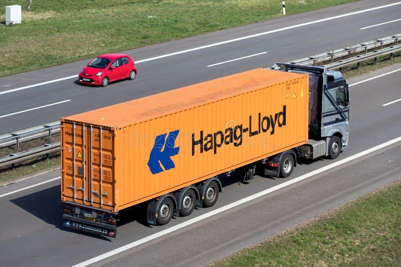 Lastbil med den Hapag Lloyd behållaren royaltyfria foton