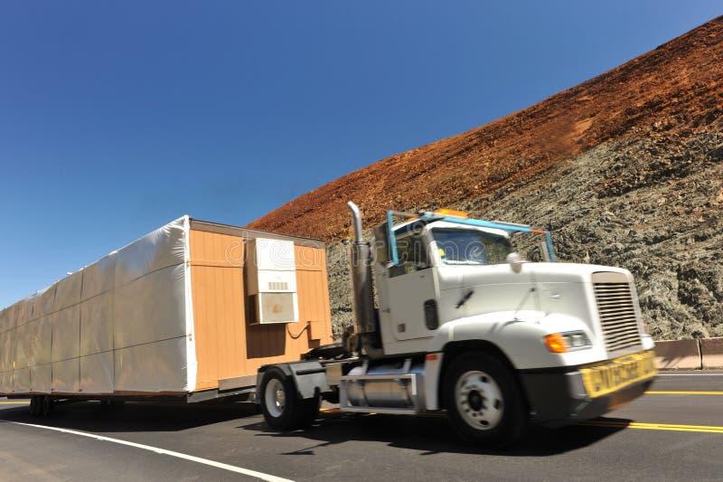 Lastbil med ett rörande övre för bred påfyllning en kulle arkivfoto