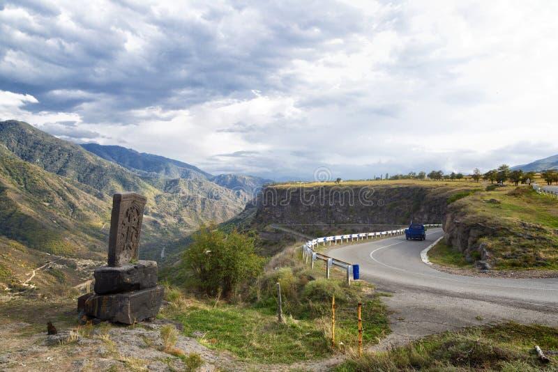 Lastbil med höritter på en bergväg arkivbild