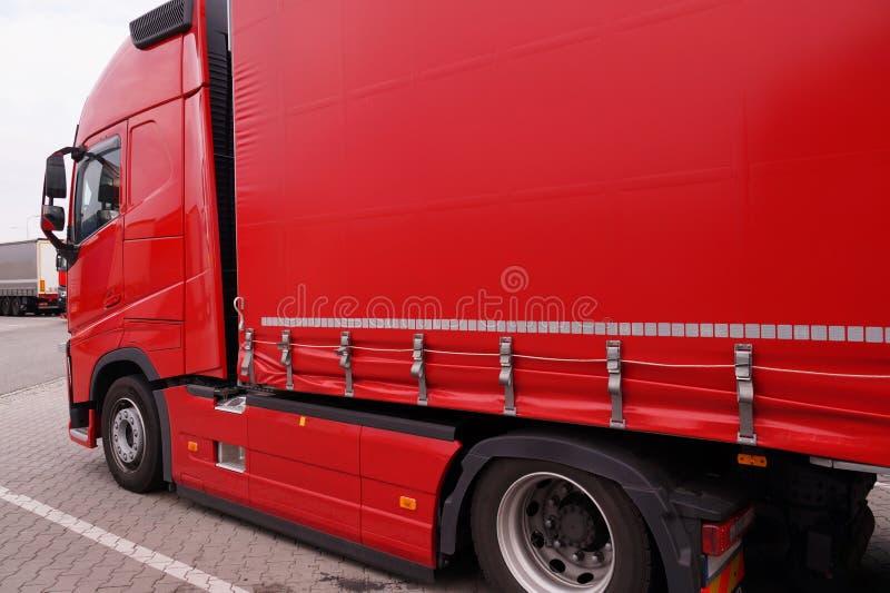 Lastbil med halv-släpet med den dolda presenningen Transport och avlastning royaltyfria foton