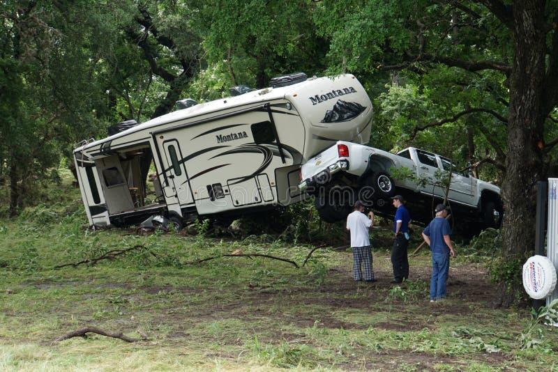Lastbil och RV som havereras av störtfloden royaltyfria foton