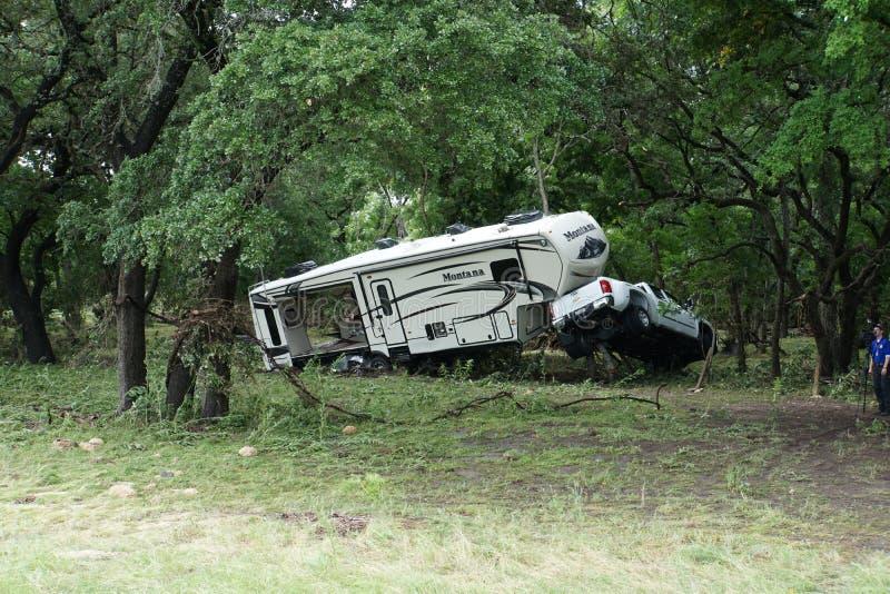 Lastbil och RV som havereras av störtfloden royaltyfri bild