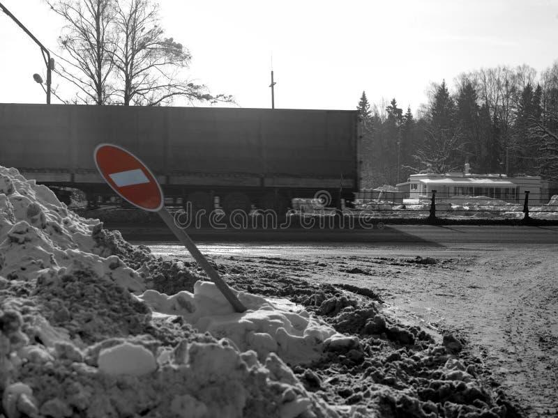 Lastbil och slagit vägmärke arkivfoton
