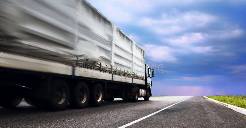 Lastbil på huvudvägen arkivbilder