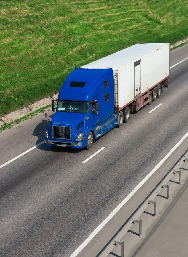Download Lastbil på huvudvägen fotografering för bildbyråer. Bild av hastighet - 37344205