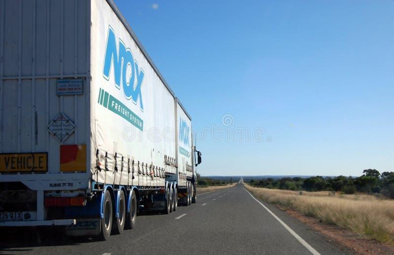 Lastbil på huvudvägen i australier outback arkivbilder
