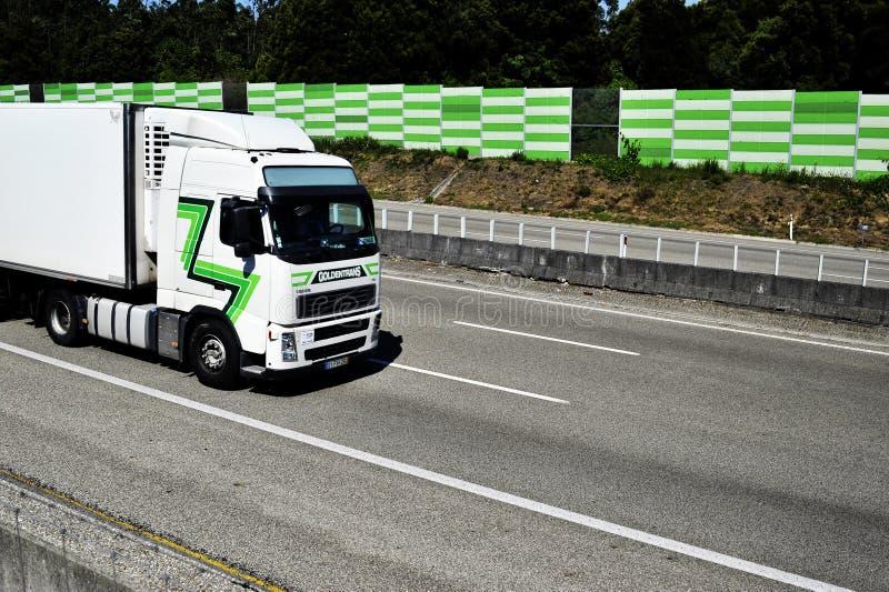 Lastbil på motorwayen A1 Portugal royaltyfri foto