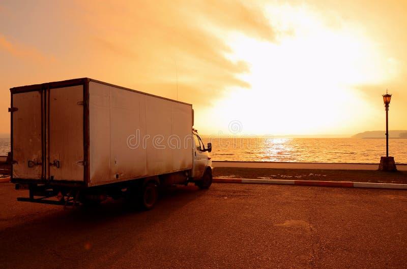 Lastbil på solnedgången royaltyfri fotografi