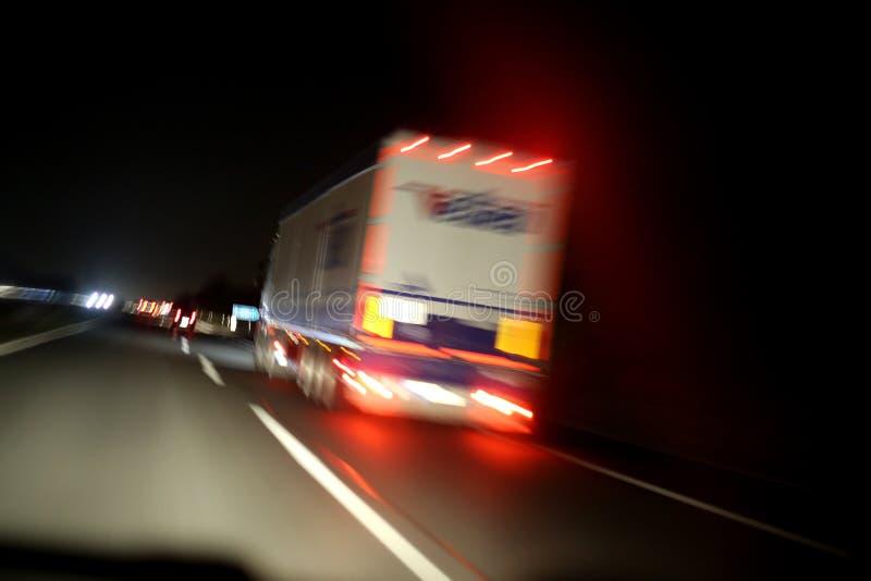 Lastbil på vägen fotografering för bildbyråer