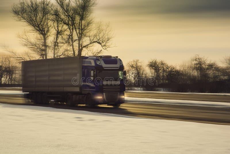 Lastbil på vintervägen royaltyfria bilder