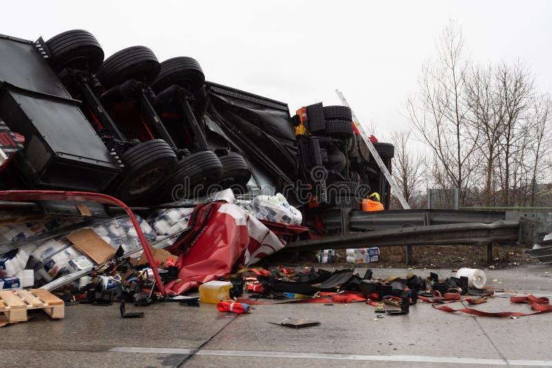 Lastbil som är uppochnervänd efter en krasch royaltyfria foton