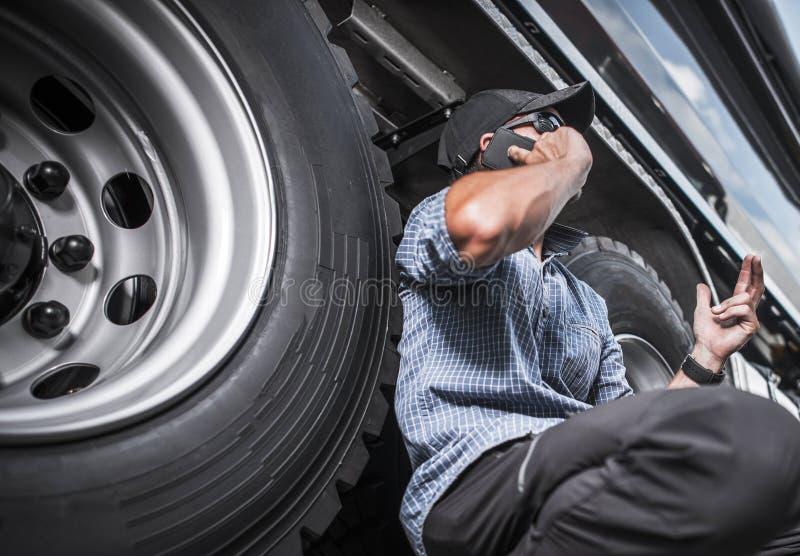 Lastbil som kör affär royaltyfria foton