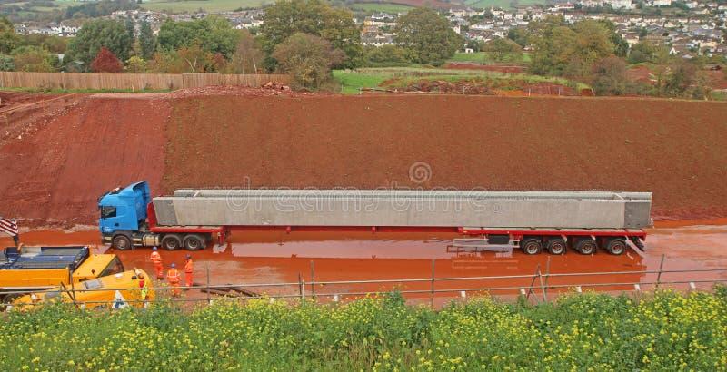 Lastbil som transporterar en konkret stråle royaltyfri fotografi