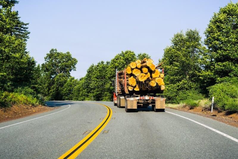 Lastbil som transporterar journaler nära Redding, Kalifornien arkivbild