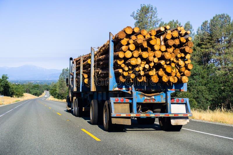 Lastbil som transporterar journaler nära Redding, Kalifornien fotografering för bildbyråer