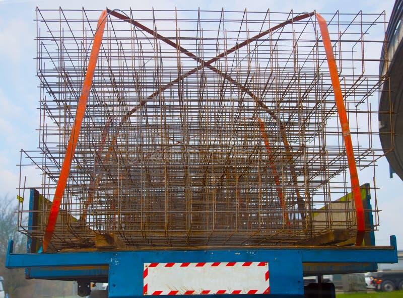 Lastbil som transporterar metallingreppet för konstruktionsplatser arkivbild