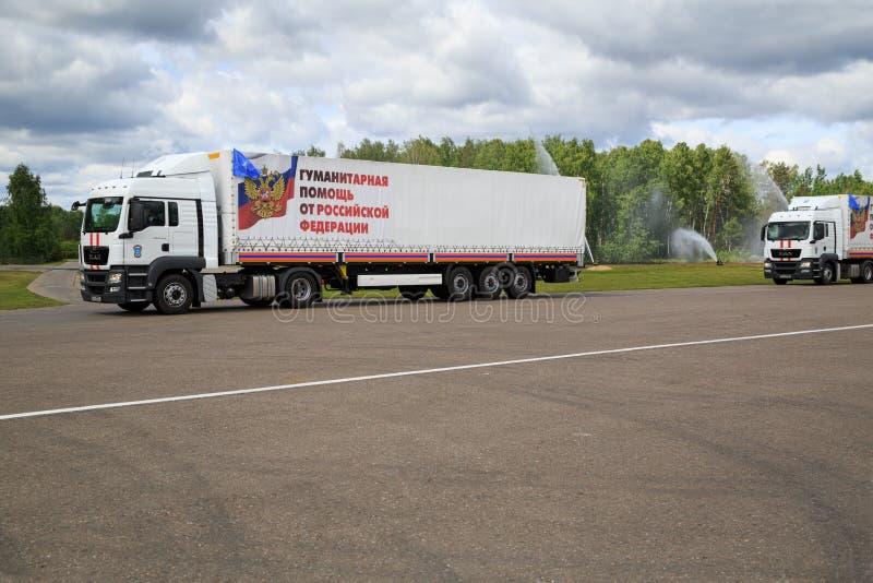 Lastbilar för leverans av humanitärt bistånd från rysk federation royaltyfria foton