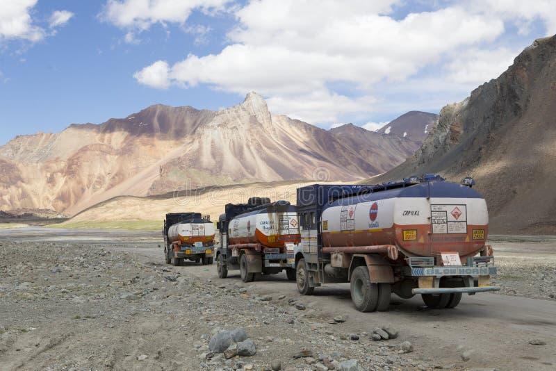 Lastbilar i bergen av Ladakh, Indien royaltyfria foton