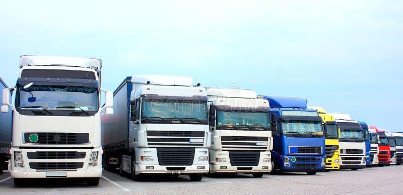 Lastbilar på en huvudvägp royaltyfria bilder