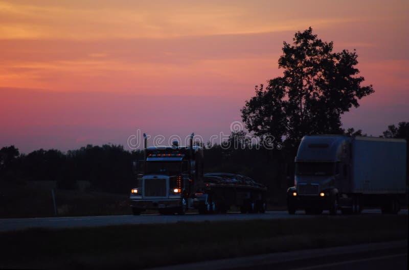 Lastbilar på natten, Midwest, USA fotografering för bildbyråer