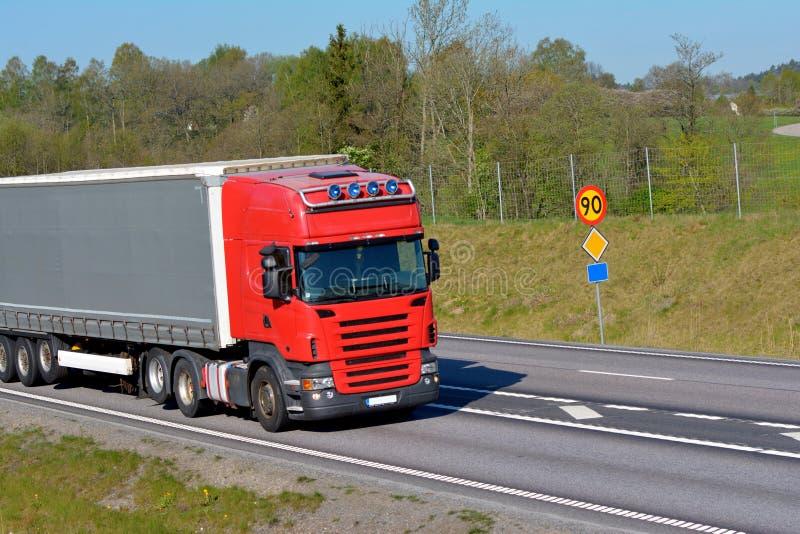 Lastbilar på vägen royaltyfri bild