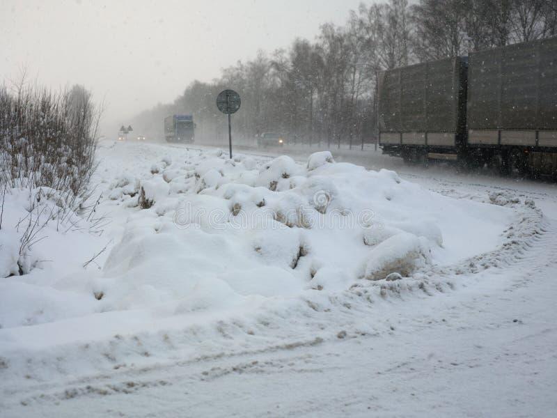 Lastbilar som kör i vinter royaltyfria foton