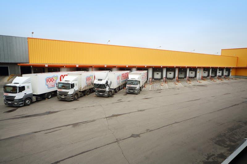 Lastbilar som laddas i materiel i bryggeriet Ochakovo arkivbilder