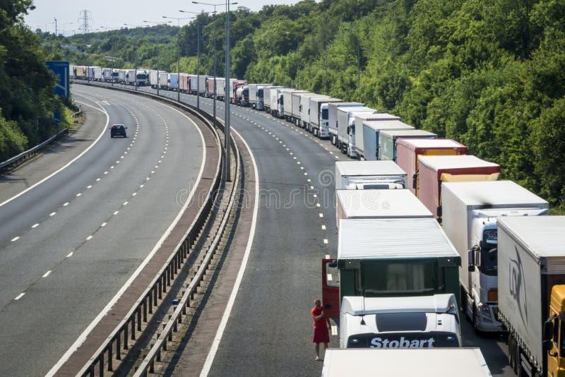 Lastbilar som parkeras på M20en i operationbunt arkivfoto