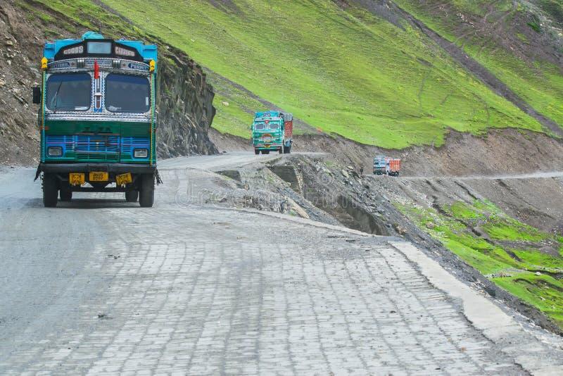Lastbilar som passerar det Zoji lapasserandet royaltyfria foton