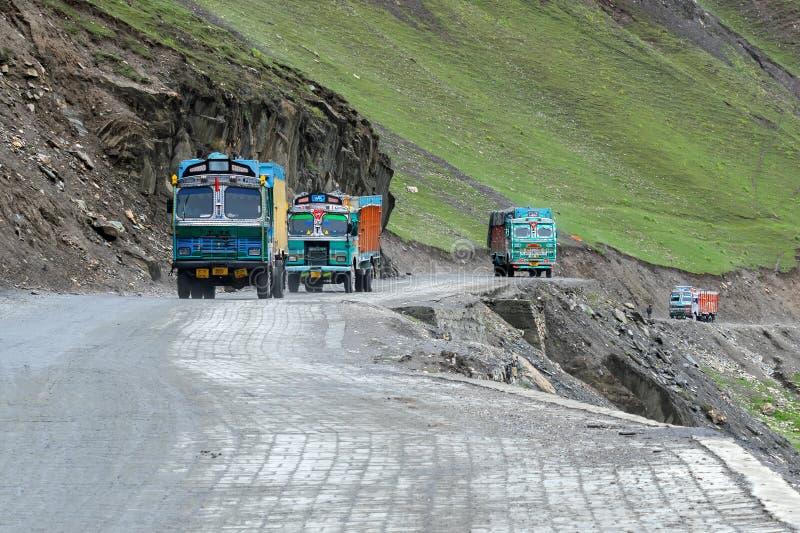 Lastbilar som passerar till och med det Zojila passerandet - Ladakh, Indien royaltyfria bilder