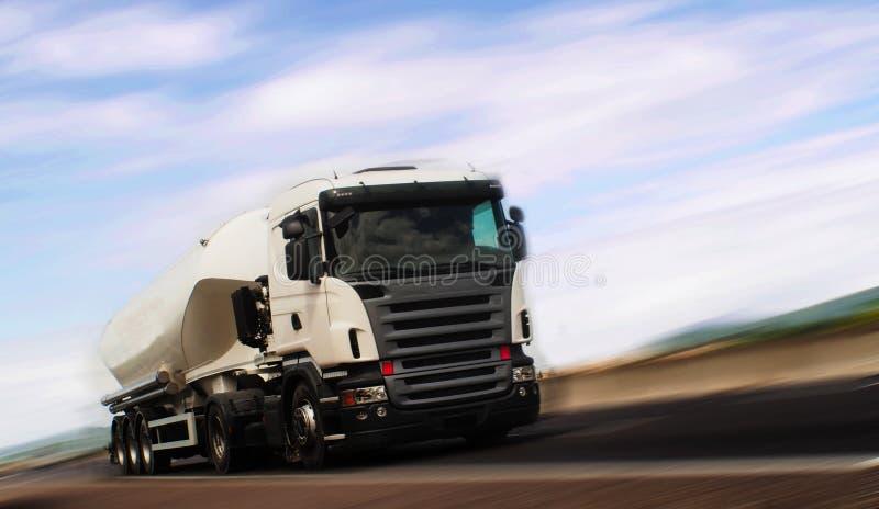 Lastbilbehållarelast på huvudvägen royaltyfri bild